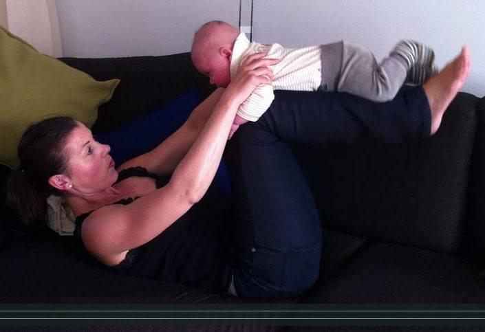 Baby ligger på dine ben
