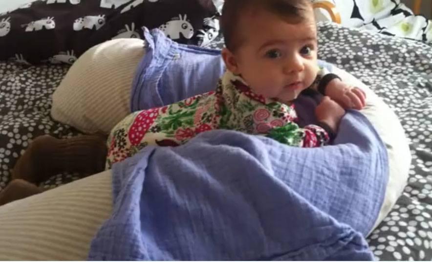 Læg baby på maven i ammepuden