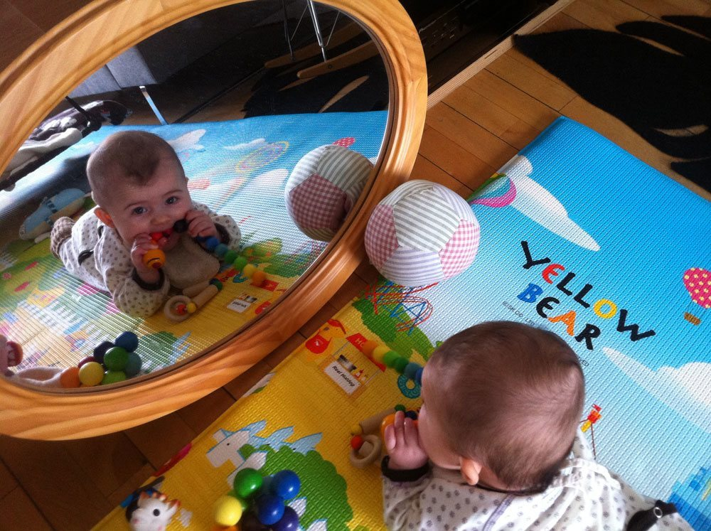 Lig på maven foran et spejl